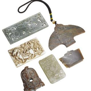 Six Chinese carvings and pendants of green