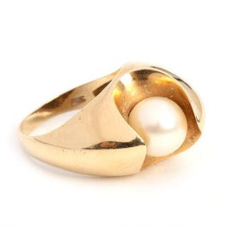 Gunnar Brokholm: A pearl ring set with a cultured pearl
