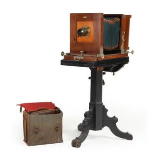 Danish mahogany studio camera. Marked AD. Goecker, København. H. 125 cm. (2)