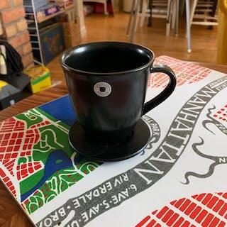 12 st Svarta muggar med fat från Höganäs Keramik Sweden