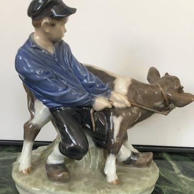 """Royal Copenhagen figurin """"Pojke med kalv"""" av Chr. Thomsen"""