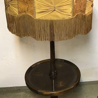 Antik golvlampa med bord