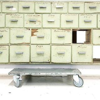 KÖPMANSDISK med 31 lådor, 1900 - talets första hälft