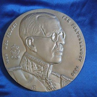 Antik rund tavla i silver-metall av kung Gustaf V med valspråk