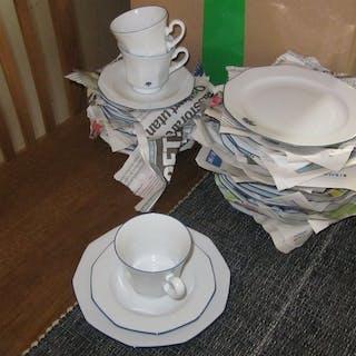 Boda Shop Sweden Service / 12 Kaffe koppar och fat / 16 assietter