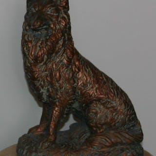 Hund i betong med bronsförgyllning