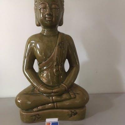 Magnifik Buddha i grönt porslin. 50 cm hög.