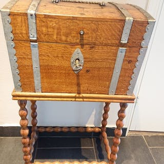 Äldre kista med benställning i ek 1800-1900 tal