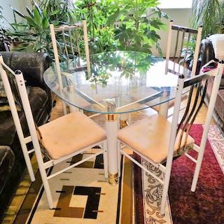 Snygg Mattbord med modern design  med glasskiva och 4 stolar inköpt år 2000.