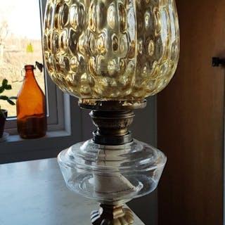 Stor vacker fotogenlampa, jutgärnsfot, oljehus i glas och gul bubblig kupa