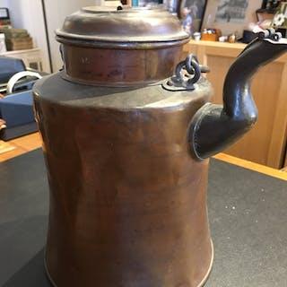 Antik stor kaffekanna i koppar från 1800-talet.