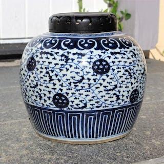 Stor Bojan Mingstil Kina 1800-tal Blåvitt Porslin Ingefärskrus Urna