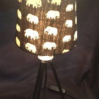 Unik Estrid Ericsson lampa. Tyg Svenskt Tenn