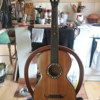 En fantastisk parlor gitarr från sekelskiftet , tidigt 1900 tal.