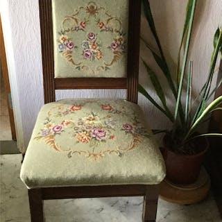 Antilk dansk stol, med handbroderad petit point  i sits o rygg (runt1900tal)