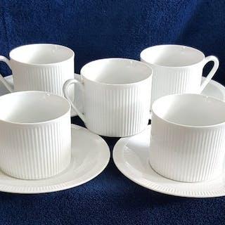 Fyra kaffekoppar på fat Ritz med en bonus kopp från Gustavsberg