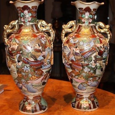 TVÅ urvackra japanska Satsumas vaser (Meiji)