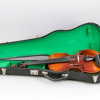 Geige im Koffer, wohl 19