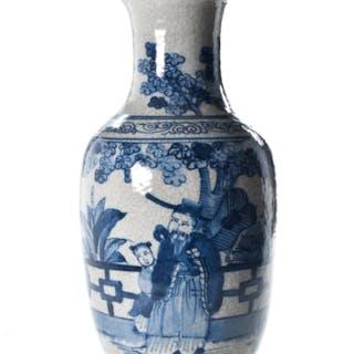 BEAUTIFUL CHINESE BLUE AND WHITE PORCELAIN VASE
