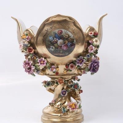 Centro de mesa en porcelana dorada, con pie circular, astil y cuenco