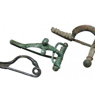 A nice lot of 3 well-preserved bronze fibulae