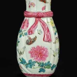 A Chinese Famille Rose Porcelain Vase.