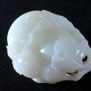 Jade pendant. China. 18th/19th C. Yellow white stone