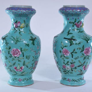 Pair of porcelain vases. China. 19th C. Garlic mouth
