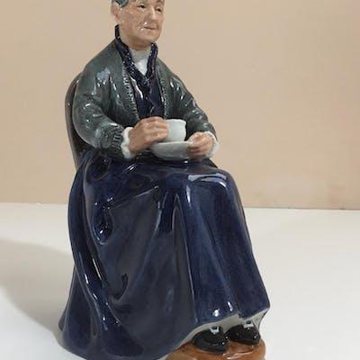 ROYAL DOULTON FIGURINE HN2322 THE CUP OF TEA | Barnebys