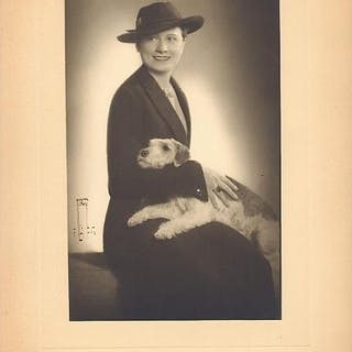Die Opernsängerin Olga Levko-Antosch mit Hund
