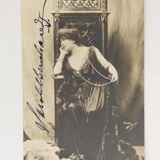 Carte postale photographique signée de Sarah Bernhardt...