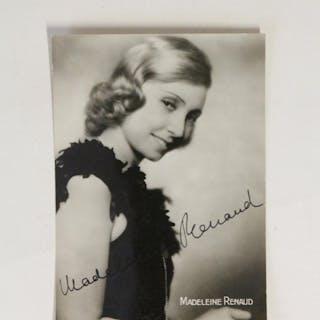 Carte postale photographique signée de Madeleine Renaud...