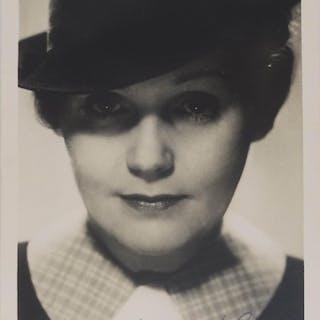 Originalfotografie (Silbergelatine) im unteren Bildrand mit eigenh