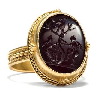 Fabelhafter Gemmen Ring aus Gold mit Achat Intaglio: Die Liebe? um 1870 Gemme