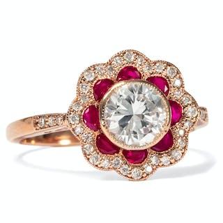 Moderner Blütenring mit Rubinen & antikem Diamantsolitär in Roségold