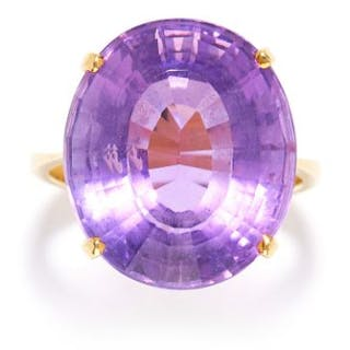 AMETHYST DRESS RING in 18ct yellow gold, set with an oval cut amethyst