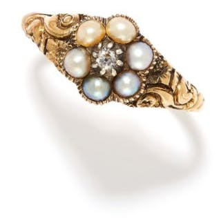 ANTIQUE PEARL AND DIAMOND RING in yellow gold, set with an old cut