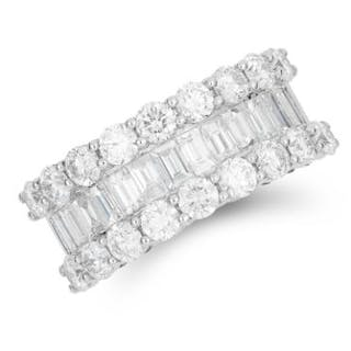 3.18 CARAT DIAMOND RING set with round and baguette cut diamonds totalling