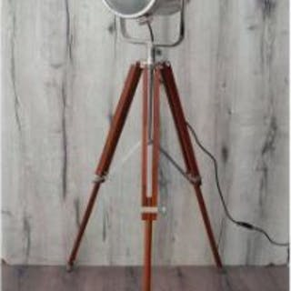 Tripod 131cm Lamp Adds a pinch of vintage charm to your home. Focus