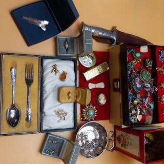 A QUANTITY OF VINTAGE JEWELLERY AND COLLECTABLES TO INCLUDE AN 18ct