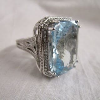Fine 18ct white gold aqua marine (approx 30ct) & diamond set combination