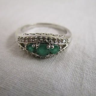 White gold diamond & emerald set ring