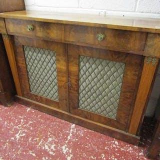 Mahogany sideboard with fret-work doors (H: 89cm W:125cm D:41cm)