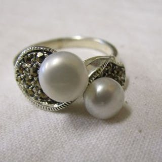 Silver marcasite & pearl set ring