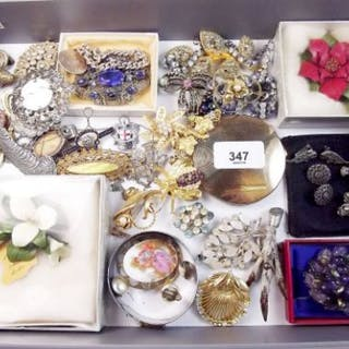 A box of costume jewellery, compact and badges/brooches