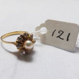 18ct gold pearl & diamond cluster ring approx size M
