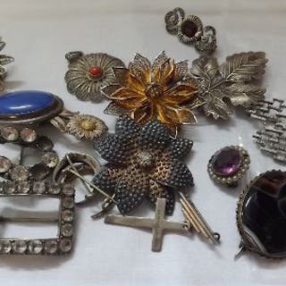 Large quantity of silver brooches 111g inc