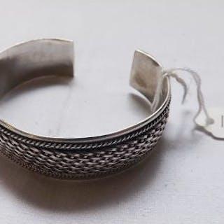A torque silver bracelet – 23g
