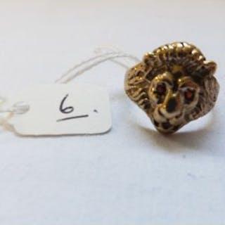 A 9ct lion mesh ring with garnet eyes – size U - 5.5g