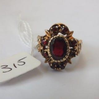 9ct. garnet cluster ring 5.4g.